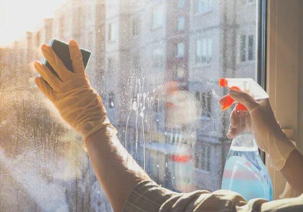 Mycie okien. Źródło: wp.pl