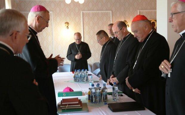 Biskupi zachęcają wiernych, aby uczestniczyli we mszach, źródło: Opoka.News