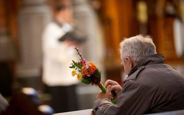 Ksiądz odprawił mszę na 60 osób, źródło: Wyborcza