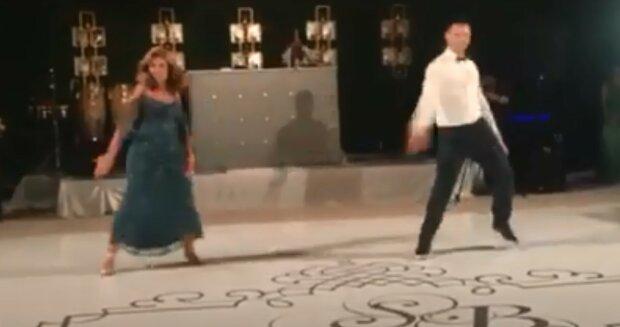 Epicki występ matki i syna na weselu. Film szybko obiegł internet