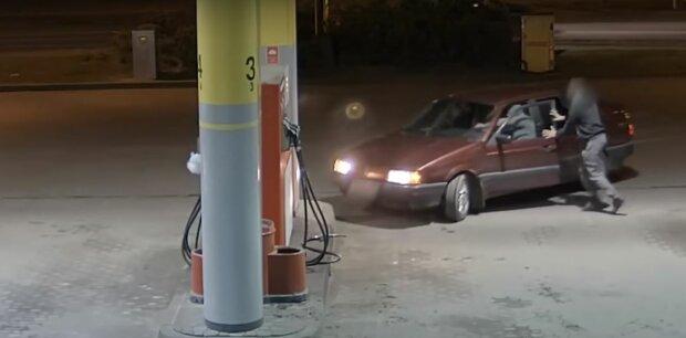 To nagranie robi furorę w sieci. Dwóch mężczyzn nieudolnie próbowało okraść stację benzynową