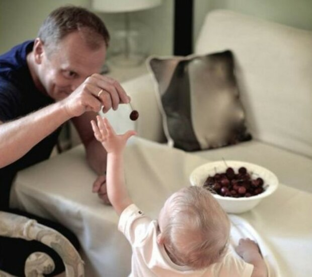 Były premier Polski Donald Tusk napawa się chwilami z wnuczką. Czy zechce całkowicie oddać się roli głowy rodziny