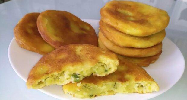 Leniwe placki z ziemniakami jak u babci: ciasto z kefirem i nadzieniem ziemniaczanym z ziołami, które po prostu rozpływa się w ustach