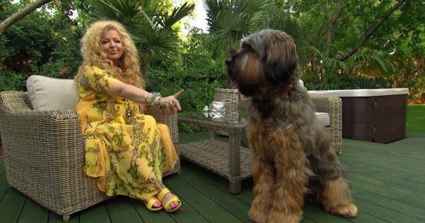 Magda Gessler pokazuje swojego psa. Czułym gestom nie było końca