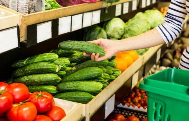 Wybierasz się na zakupy? Zwróć uwagę po co sięgasz. Niektóre z owoców i warzyw mogą mieć poważny wpływ na twoje zdrowie