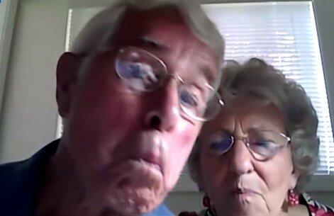 Pierwszy raz w życiu skorzystali z komputera i przy okazji niechcący nagrali swoją reakcję. Filmik jest hitem sieci