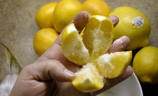 Pokrojona w ćwiartki i posypana solą cytryna wprowadzi magię w Twoim domu. o co chodzi