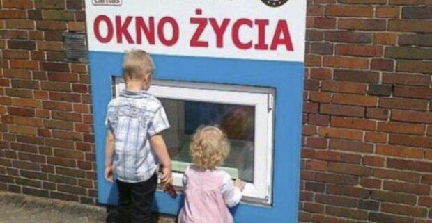 Kilkumiesięczna dziewczynka w oknie życia. Przy dziecku pozostawiono list