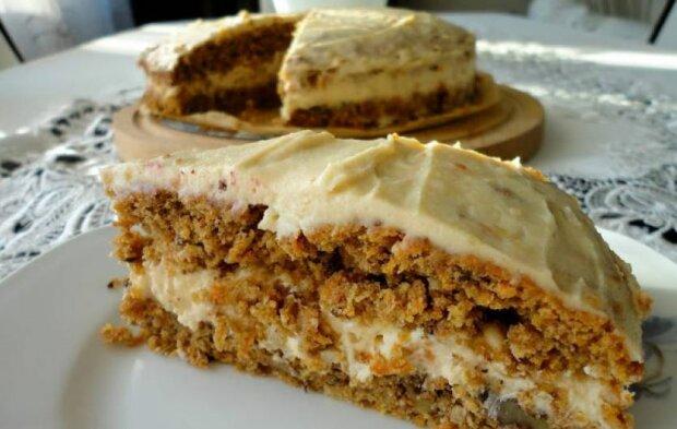 Doskonały przepis na pyszne ciasto marchewkowe. Krem orzechowy robi prawdziwą furorę