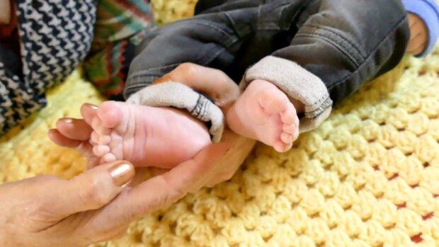 Dziecko, stopy. Źródło: Youtube Aidan Keyes