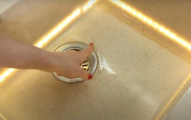 Pomysł napełnienia zlewu mąką, screen Youtube