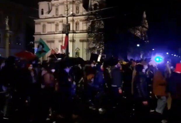 Kraków: tysiące osób protestowało na ulicach miasta i solidaryzowało się z Warszawą. Gorąco było szczególnie pod jednym z komisariatów