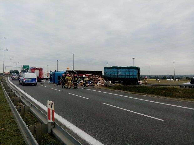 Kraków: spore utrudnienia na drodze. Przewróciła się ciężarówka. Na miejscy pracują strażacy