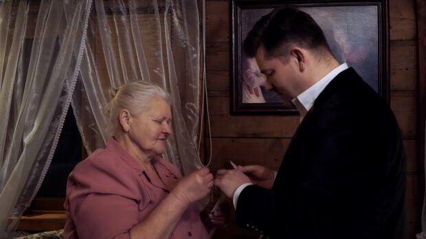 Zenek Martyniuk z mamą. Źródło: Youtube AKCENT - Oficjalny