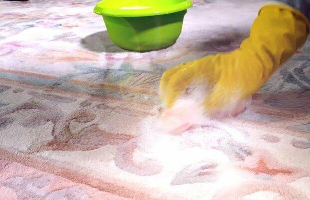 Plamy na dywanie. Źródło: youtube.com