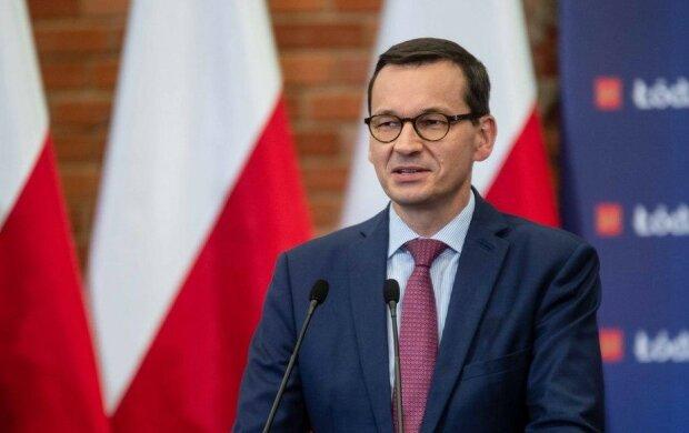 Premier Mateusz Morawiecki odwiedził kogoś na warszawskich Powązkach. Paparazzi nie spuszczali go z oczu. Komu oddał cześć