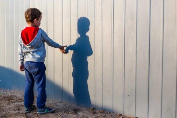 Chłopiec mieszkał w sierocińcu.  Pewnego dnia Aleksandr spojrzał na mężczyznę i powiedział: Tato, czekałem na ciebie całe życie