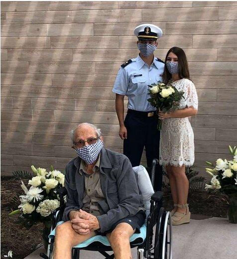 Poruszający gest młodej pary. Dziadek nie mógł przyjść na ślub, więc ślub przyszedł do niego