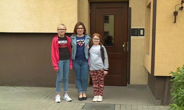 Pani Justyna z córkami/ YouTube @Polsat
