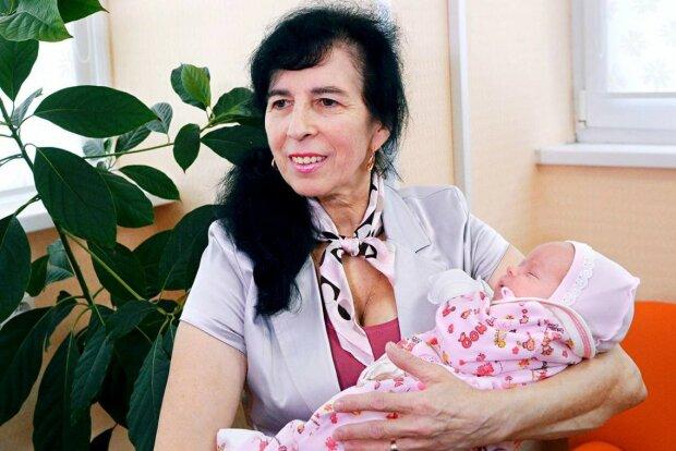 Ta kobieta urodziła córkę w wieku 60 lat!/screen YouTube