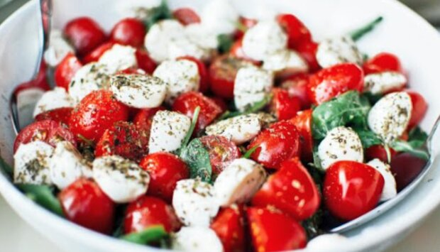Pyszna sałatka z pomidorków i mozzarelli, którą przyrządzisz w zaledwie kilka minut. Pachnie jak ciepłe, letnie dni