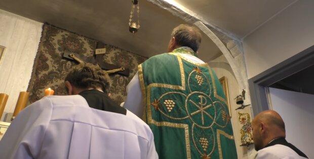 Duchowny zachęcał wiernych do zdejmowania maseczek i przekonywał, że woda święcona odkaża. Teraz ponosi konsekwencje swoich słów