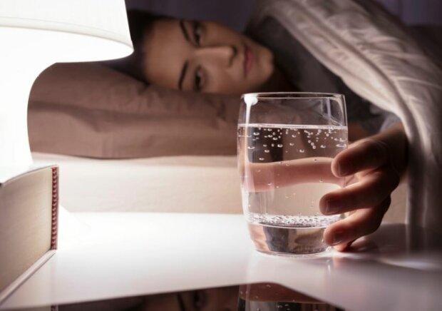 Szklanka wody przy łóżku. Źródło: claudia.pl