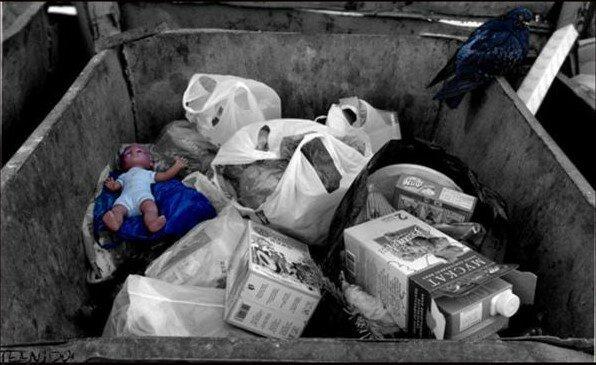 Kobieta usłyszała pisk z kosza na śmieci, pomyślała, że to kocięta i okazało się, że to dziecko