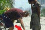 To, co zrobił ten mężczyzna, wzrusza do łez. Dał ubogiej dziewczynce najpiękniejszy prezent, jaki mogła sobie wymarzyć