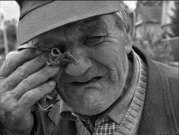 """Starzec rozpłakał się, wysiadł z samochodu, ukłonił się i powiedział: """"Dziękuję, synu"""". I poszedł do swojego starego domu, wycierając łzy ręką"""