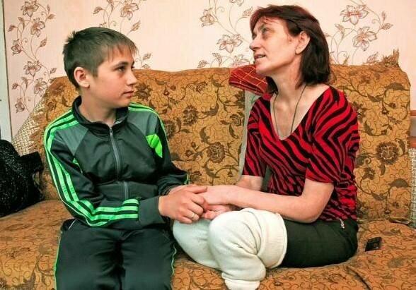 Uczeń w wieku 11 lat samodzielnie opiekował się niewidomą matką. Co dzieje się z tą rodziną po 9 latach