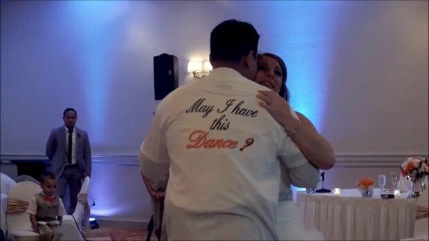 Wzruszająca niespodzianka dla panny młodej. To, co zrobił jej mąż podczas pierwszego tańca, doprowadza do łez