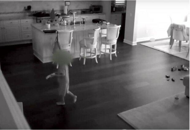 Niania usłyszała hałas w domu. Po sprawdzeniu nagrania z ukrytych kamer ojciec stracił dar mowy