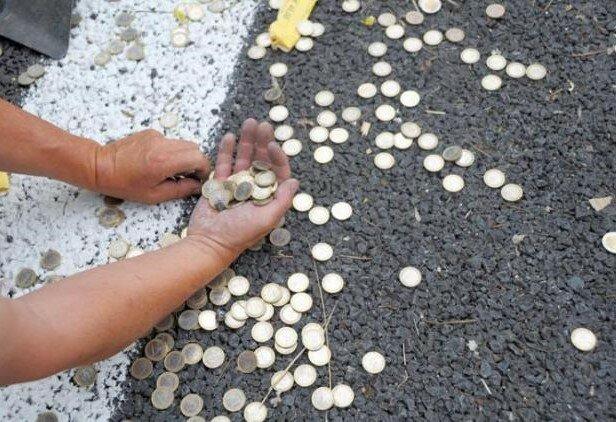 Córko, czy mogłabyś podnieść monetę, inaczej nie stać mnie na to