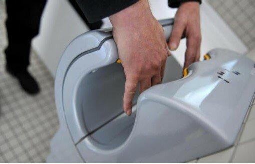 Naukowcy nie mają wątpliwości, suszarki elektryczne nie zmniejszają rozprzestrzeniania bakterii. Jak więc dbać o higienę rąk w publicznej toalecie