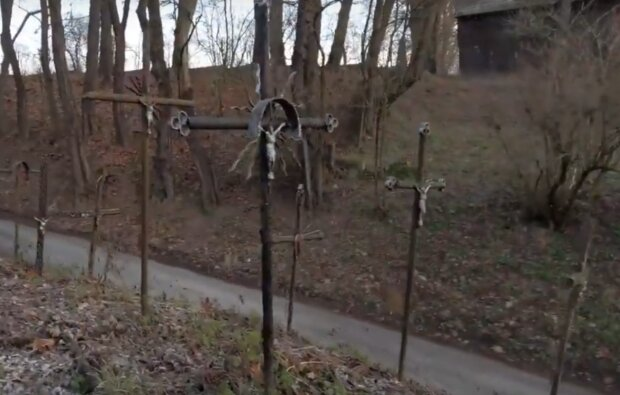 Kraków: niesamowite miejsce w mieście, o którym mało kto pamięta. To cmentarz dla niechcianych i porzuconych krzyży. Jest ich tam setki