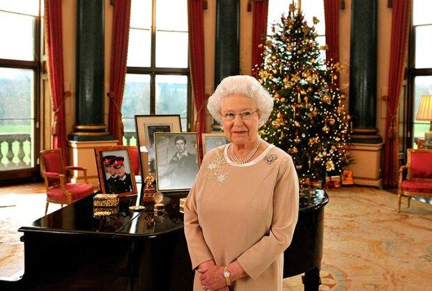 Królowa Elżbieta II już otworzyła sezon świąteczny. W Pałacu Buckingham stanęła ogromna choinka. Jak wygląda