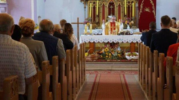 Ksiądz odprawił mszę na 60 osób, źródło: chodziez.naszemiasto.pl