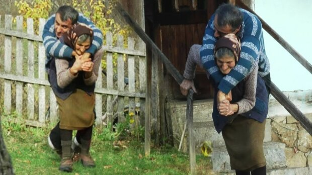 77-letnia kobieta nosi na plecach swojego dorosłego niepełnosprawnego syna, screen Google