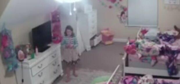 Matka zainstalowała w pokoju córki ukrytą kamerę. To, co się stało później przeraziło ją