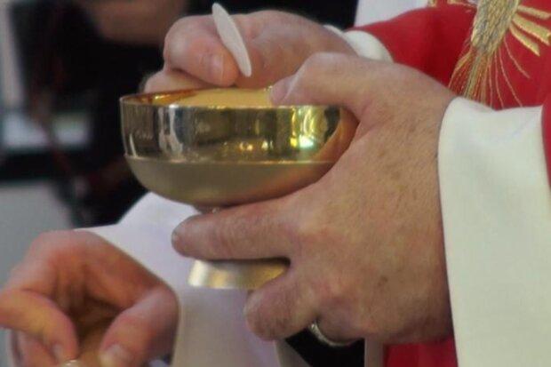 Koronawirus. Kościół wprowadził środki zapobiegawcze w związku z wirusem. Od dziś w hostia będzie podawana do rąk
