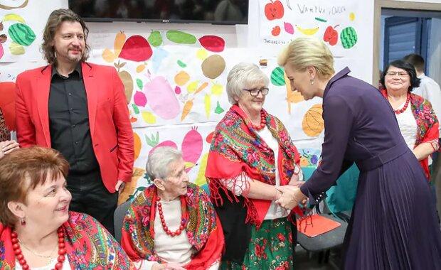 Żona prezydenta na spotkaniu w Klubie Seniora przykuwała wzrok. W szykownej kreacji obierała warzywa i owoce
