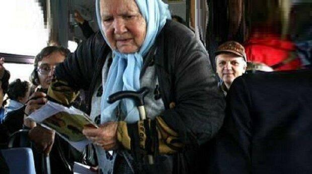 80-letnia babcia wydała ostatnie pieniądze na podróż autobusem. Kierowca nie mógł znieść. Wyszedł z autobusu
