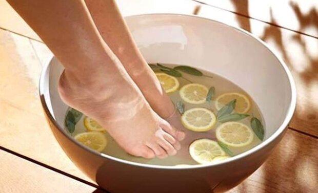 Zanurz stopy w ciepłej wodzie z tymi składnikami. Efekt będzie natychmiastowy