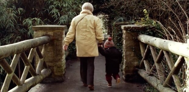 Babcia i wnuk. Screen: YouTube