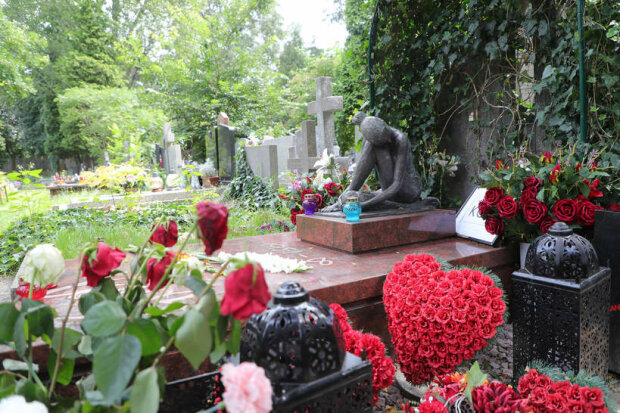 Najpiękniejsze miejsca pochówków na Cmentarzu Powązkowskim. Pomniki i dekoracje zaskakują