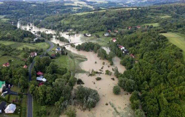 Niebezpieczne warunki atmosferyczne w Polsce. Powódź spowodowała potężne straty. Mieszkańcy jednej z miejscowości musieli uciekać, by przeżyć
