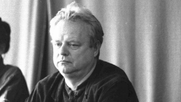 Stanisław Bareja odszedł już dawno, ale pamięć po nim trwa nadal. Miejsce jego spoczynku jest niebywałe