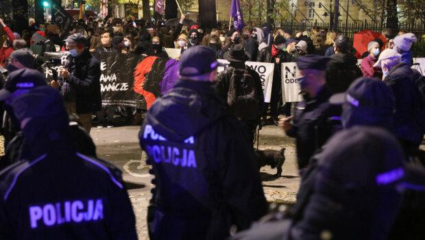 Nocny strajk kobiet/ https://wiadomosci.radiozet.pl/