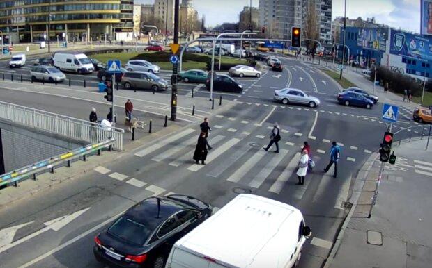 Spore zmiany w przepisach mają poprawić bezpieczeństwo na drodze. Pieszych przechodzących przez pasy obejmie dodatkowy zakaz